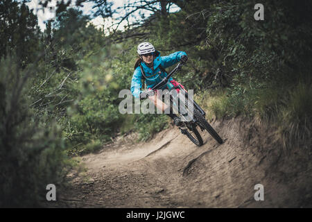 Nichole Baker mountain bike sul prato loop trail, Horse Gulch area, Durango, CO. Foto Stock