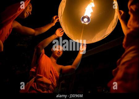 CHIANG MAI, Thailandia - 7 Novembre 2014: giovani monaci buddisti in arancione vesti lancio lanterne sky all annuale Foto Stock