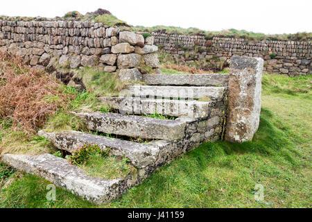 Una scalinata in pietra a secco muro di pietra costruiti a partire da blocchi di granito di diverse dimensioni e Foto Stock
