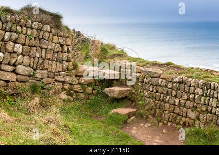 Una fase di stile in una pietra a secco muro costruito da blocchi di granito di diverse dimensioni e colori a Cape Foto Stock