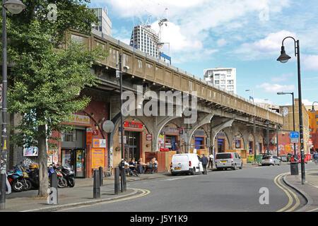 Elephant and Castle stazione ferroviaria nel sud di Londra, Regno Unito. Mostra negozi e parte inferiore sulle piattaforme Foto Stock