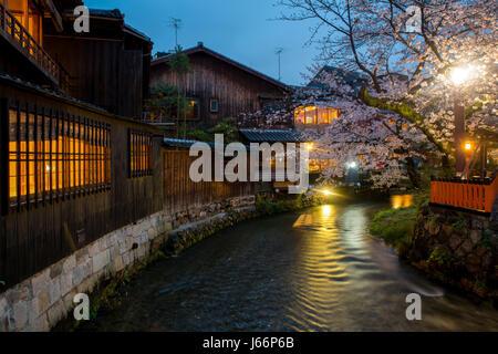 Kyoto, Giappone presso il Fiume Shirakawa nel quartiere di Gion durante la primavera. Cherry blosson stagione a Foto Stock