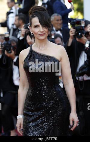 Cannes, Frankreich. 28 Maggio, 2017. Juliette Binoche frequentando la chiusura notturna del settantesimo Cannes Foto Stock