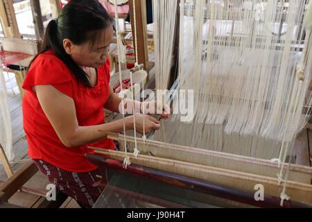 Tradizionale la tessitura della seta in Luang Prabang Lao Foto Stock