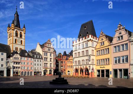 Hauptmarkt, Piazza del Mercato, con San Gangolf Chiesa e Steipe Edificio, Trier, Mosella, Renania-Palatinato, Germania Foto Stock