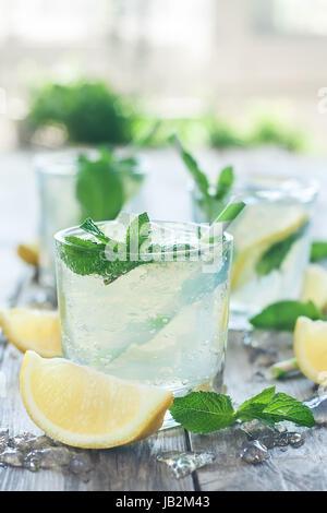 Refrigerate limonata alla menta con foglie di menta e di limone fresco Foto Stock
