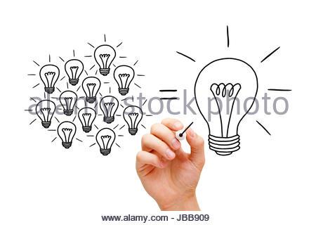 Schizzi a mano il lavoro di squadra lampadine concetto con pennarello nero. Molte piccole idee uguale uno grande. Foto Stock