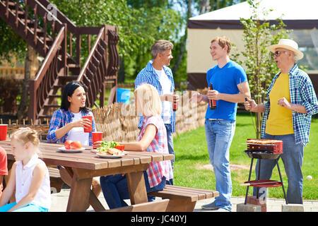 Parenti di trascorrere del tempo insieme in estate Foto Stock