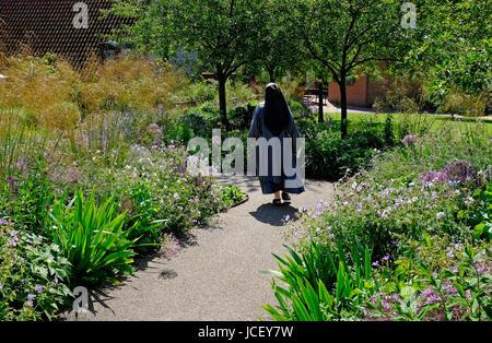 Nun passeggiate nei giardini a little walsingham, North Norfolk, Inghilterra Foto Stock