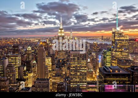 Empire State Building a New York dopo il tramonto Foto Stock