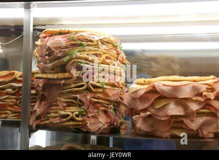 Frigorifero con un sacco di panini farciti chiamato Spianata o piadina in italiano con prosciutto crudo e salumi Foto Stock