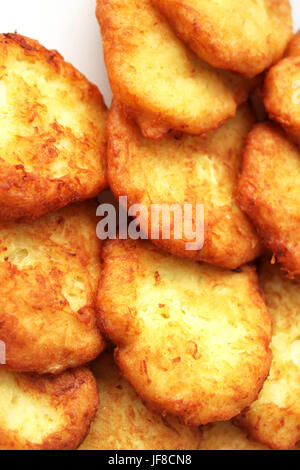 Gustose frittelle di patate su piastra bianca, primo piano Foto Stock