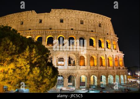 Vista notturna del Colosseo, Roma Foto Stock