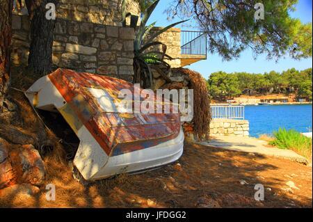 Vecchia barca sulla costa, Isola di Hvar, il mare Adriatico, Croazia Foto Stock
