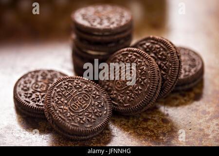 Oreo cookie su sfondo marrone Foto Stock