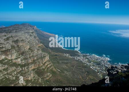 Vista su Camps Bay, Città del Capo e di Table Mountain, Sud Africa e Africa Foto Stock