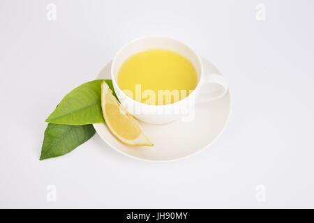 Freschi Tè con lavanda aromatica in porcellana bianca tazzina decorata con un fresco e salvia, lavanda e fiori. Foto Stock