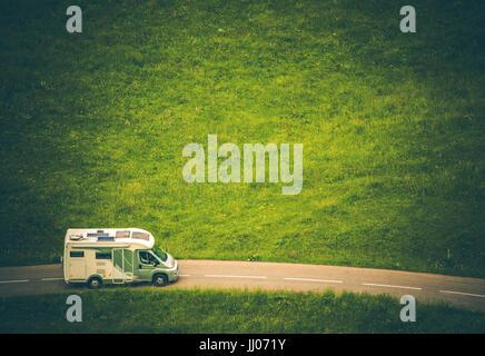 Camper Camper Van Travel. Classe C RV sulla strada di campagna. Vista aerea. Foto Stock