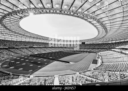 Righe di giallo e blu stadium sedi sul campo di calcio Stadium, in bianco e nero Foto Stock