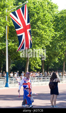 L'uomo vestito di union jack flag su Mall a Londra Foto Stock