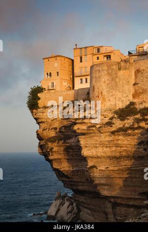 Francia, Corsica, Corse-du-Sud Dipartimento, Corsica Costa Sud Regione, Bonifacio, cliffside case, alba Foto Stock