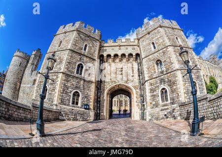 Il castello di Windsor con gate vicino a Londra, Regno Unito Foto Stock