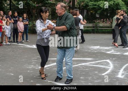 New York, NY 25 Luglio 2017 - Una coppia che balla il tango in una serata estiva in Washington Square Park ©Stacy Foto Stock