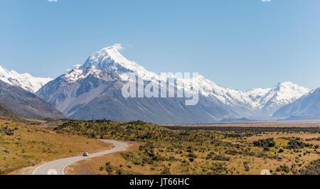 Curva road con vista a Mount Cook, montagne coperte di neve, il Parco nazionale di Mount Cook Alpi del sud, Canterbury, Foto Stock