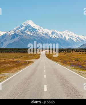 Strada con vista di Mount Cook, montagne innevate, parco nazionale di Mount Cook Alpi del sud, Canterbury, Isola Foto Stock