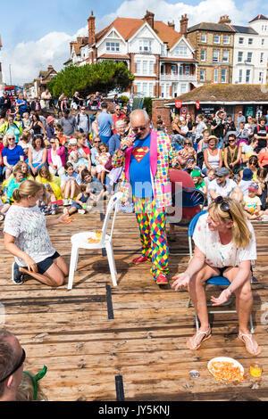 Due donne seduta sul ponte cercando di organizzare l'alfabeto dalle scatole di spaghetti, mentre l'host Mick Scott Foto Stock
