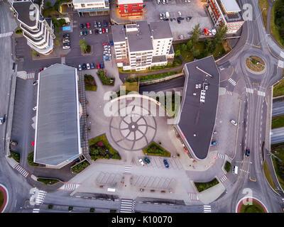 Vista di un cerchio di traffico ed edifici, Kopavogur, Islanda, un sobborgo di Reykjavik. Foto Stock