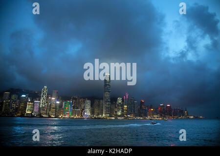 Fine della giornata sul maestoso skyline di Hong Kong, visto da Tsim Sha Tsui promenade. Foto Stock