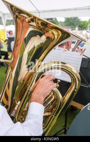 La riproduzione della tuba in una banda di ottoni -1 Foto Stock