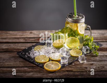 Ancora la vita di freddo estivo rinfrescante limonata mojito in un vasetto di vetro Foto Stock