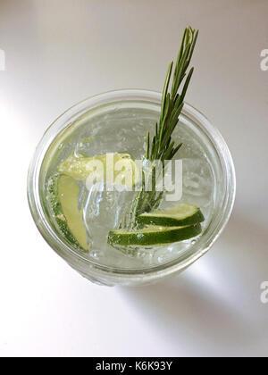 Classic gin tonic cocktail con calce, limone e rosmarino Foto Stock
