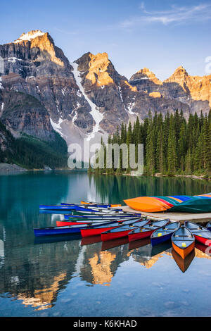 Canoe sul Lago Moraine, il parco nazionale di Banff, Alberta, Canada Foto Stock