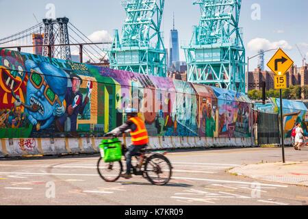 Graffity sulla Street in Brooklyn e Torre di libertà tra due gru industriali, New York City Foto Stock