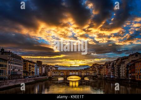 Nuvole temporalesche chiaro di sunrise al ponte vecchio a Firenze, Italia Foto Stock