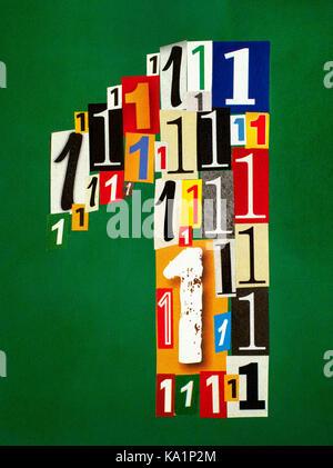 Il numero uno realizzato dal taglio dei numeri da riviste su sfondo verde. Foto Stock