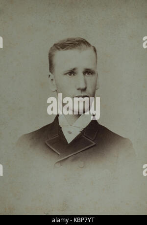 American archivio studio monocromatica fotografia ritratto di un giovane uomo, Charles Reynolds Hadden, indossa Foto Stock