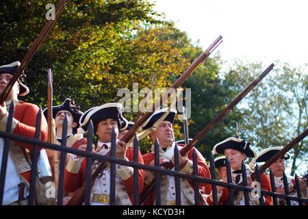Soldati britannici o redcoats, pronti a combattere contro i patrioti americani in una rievocazione storica della Foto Stock