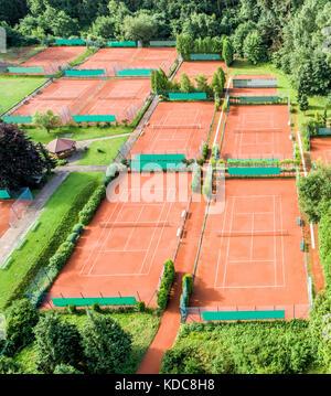Vista aerea di dieci campi da tennis per il gioco del tennis Foto Stock