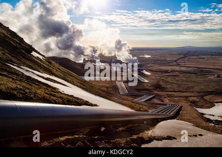 Hellisheidi powerplant geotermiche in Islanda, girato in sole serale in primavera. tubi che portano all'impianto Foto Stock