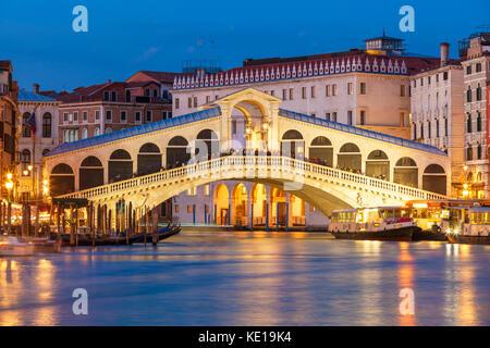 Italia Venezia Italia Italia in gondola sul Canal Grande a Venezia Venezia Ponte di Rialto di notte illuminata di Foto Stock