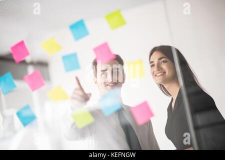 Startup business gruppo persone ogni giorno di lavoro lavoro in ufficio moderno. Ufficio Tecnico, tech company, Foto Stock