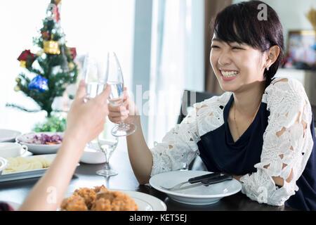 Asian coppia giovane godendo di una cena romantica bevande serata seduti al tavolo da pranzo sulla cucina insieme Foto Stock