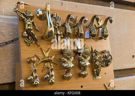 Porte battenti - probabilmente realizzata in ottone in metallo - sul display e per la vendita al di fuori di un Foto Stock