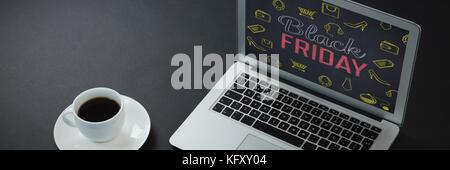 Il caffè nero, penna, organizzatore e portatile su sfondo nero contro il venerdì nero con icone sulla lavagna Foto Stock