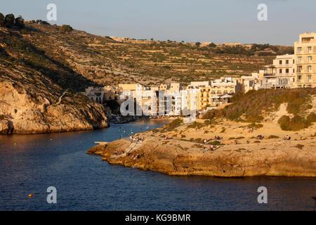 Il villaggio sul mare di Xlendi (pronunciato Shlendy) a Gozo, Malta, al tramonto Foto Stock