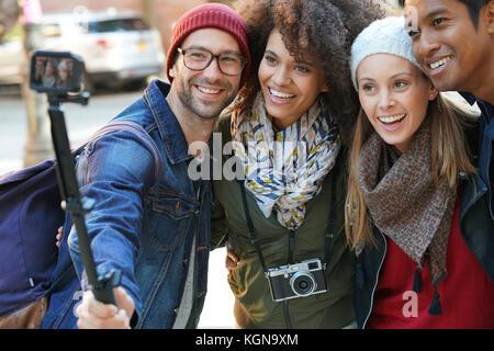 Gruppo di amici in vacanza prendendo selfie immagine con la fotocamera Foto Stock